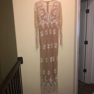 Dresses & Skirts - Elegant lace nude maxi dress